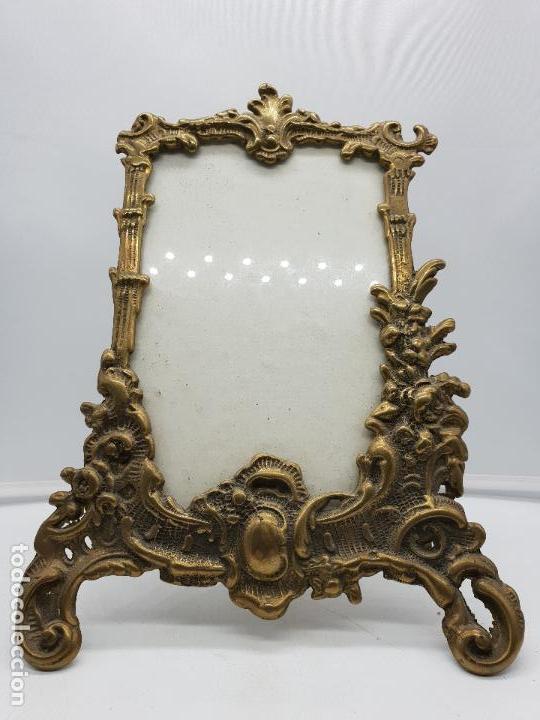Antigüedades: Espectacular marco portafotos antiguo de estilo victoriano de bronce. Muy trabajado - Foto 2 - 142861510
