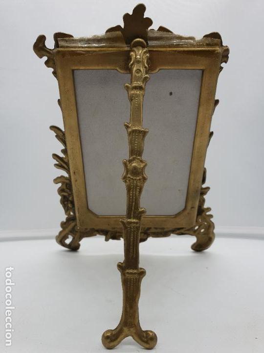 Antigüedades: Espectacular marco portafotos antiguo de estilo victoriano de bronce. Muy trabajado - Foto 5 - 142861510