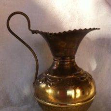 Antigüedades: PRECIOSA JARRA METAL COBRE O LATÓN LABRADA, PRINCIPIO SIGLO PASADO. Lote 142875014