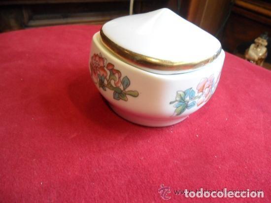 CAJA DE PORCELANA DECORADA CON FLORES (Antigüedades - Porcelanas y Cerámicas - Otras)