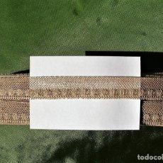 Antigüedades: TIRA DE ENCAJE DE RED EN SEDA TIPO VALENCIENNES 2 CM. OVILLO DE 11 METROS COLOR CARNE. Lote 142909650