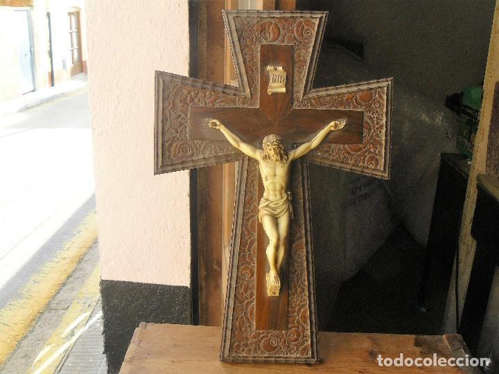 CRUCIFIJO DE PLÁSTICO Y MADERA PARA COLGAR EN LA PARED (Antigüedades - Religiosas - Crucifijos Antiguos)