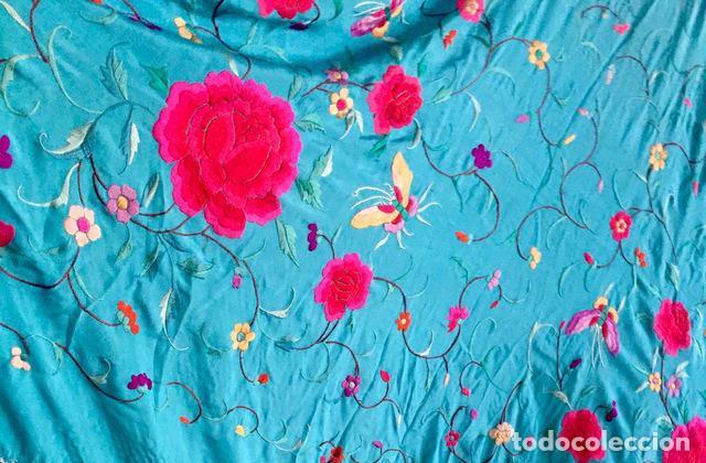 Antigüedades: Mantón de Manila antiguo bordado en seda a mano azul para jovencita de 1890 - Foto 2 - 142970834