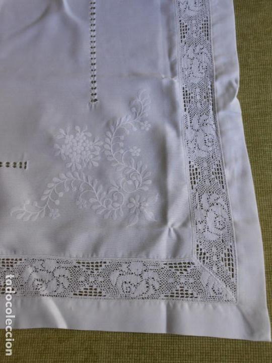 Antigüedades: PRECIOSA MANTELERIA BORDADO A MANO. 100 X 150 CM BEIGE 6 SERVILLETAS. AÑOS 80.NUEVA - Foto 2 - 222048301