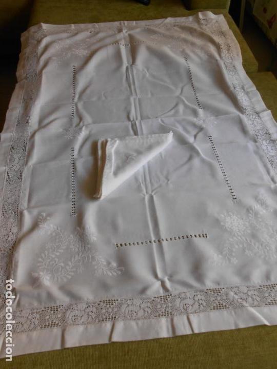 Antigüedades: PRECIOSA MANTELERIA BORDADO A MANO. 100 X 150 CM BEIGE 6 SERVILLETAS. AÑOS 80.NUEVA - Foto 4 - 222048301