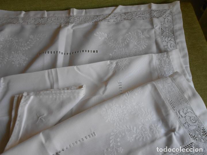 Antigüedades: PRECIOSA MANTELERIA BORDADO A MANO. 100 X 150 CM BEIGE 6 SERVILLETAS. AÑOS 80.NUEVA - Foto 10 - 222048301