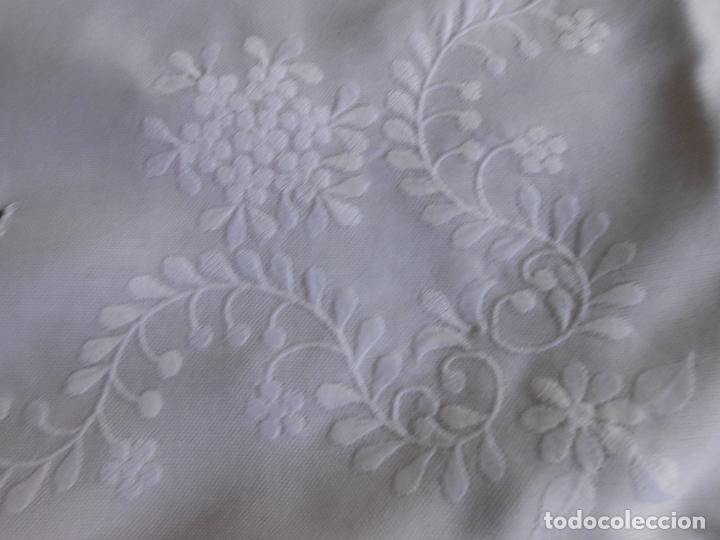 Antigüedades: PRECIOSA MANTELERIA BORDADO A MANO. 100 X 150 CM BEIGE 6 SERVILLETAS. AÑOS 80.NUEVA - Foto 15 - 222048301