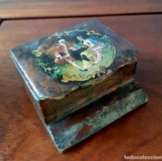 Antigüedades: CAJITA DE PAPIER MACHÉ CON ESCENA GALANTE DEL SIGLO XVIII PINTADA. Lote 143021966