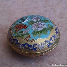 Antigüedades: CAJA O JOYERO ANTIGUO CHINO EN BRONCE CLOISONNE, HECHO A MANO .. Lote 143081914