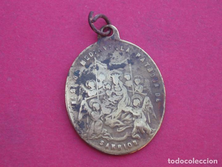 MEDALLA SIGLO XIX VIRGEN DE MEDIAVILLA. COFRADÍA DE SAN ROQUE. SARRIÓN. TERUEL. (Antigüedades - Religiosas - Medallas Antiguas)