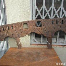 Antigüedades: YUGO ANTIGUO CON EL AÑO 1961 GRABADO. EN MADERA DE ALCORNOQUE. TALLADO. 1,20 METROS LARGO. Lote 143130502