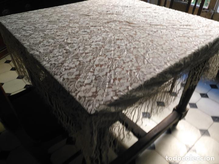 Antigüedades: manton mantoncillos encajes tipo mantilla - cuadrado 1 metro x 1 metro mas flecos hechos a mano - Foto 3 - 143138398