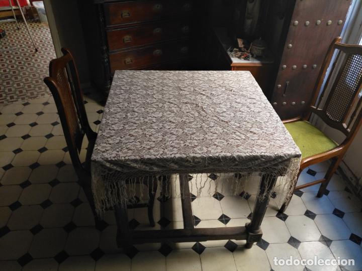 Antigüedades: manton mantoncillos encajes tipo mantilla - cuadrado 1 metro x 1 metro mas flecos hechos a mano - Foto 4 - 143138398