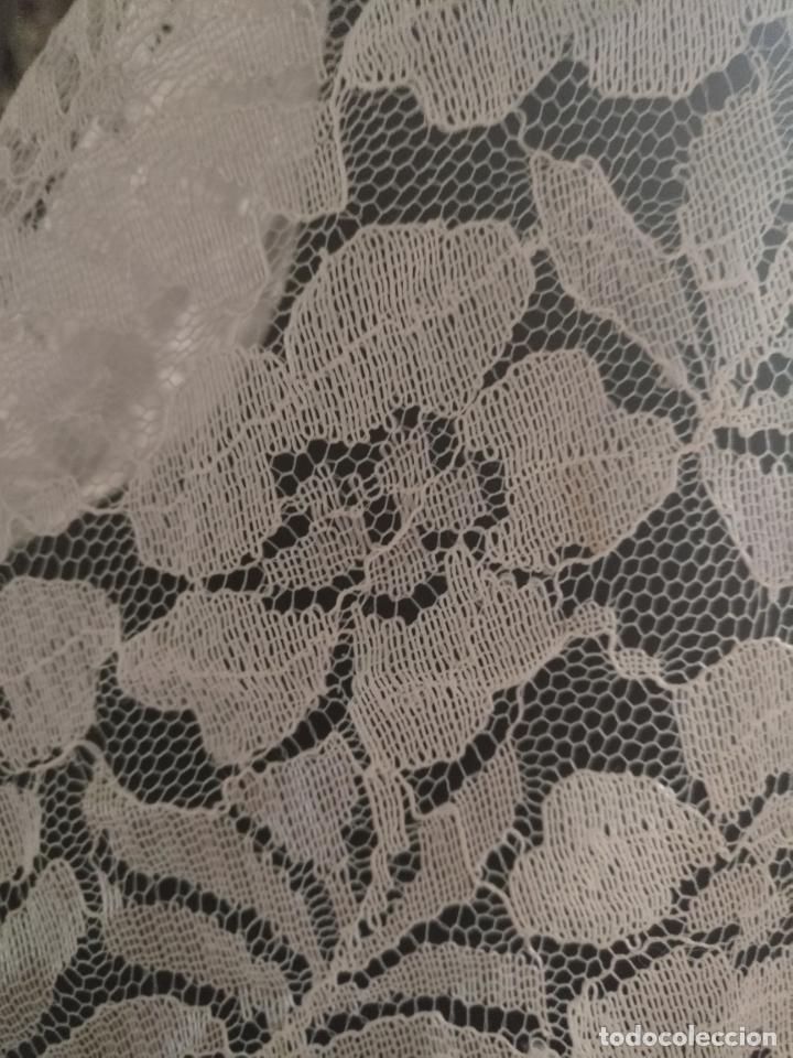 Antigüedades: manton mantoncillos encajes tipo mantilla - cuadrado 1 metro x 1 metro mas flecos hechos a mano - Foto 7 - 143138398