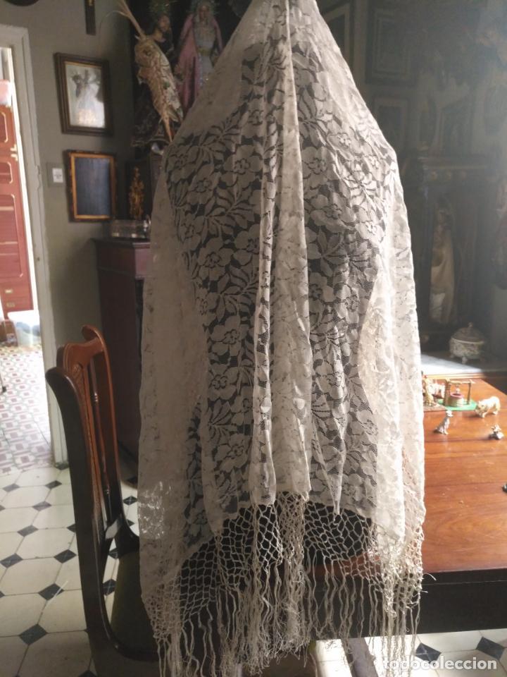 Antigüedades: manton mantoncillos encajes tipo mantilla - cuadrado 1 metro x 1 metro mas flecos hechos a mano - Foto 10 - 143138398