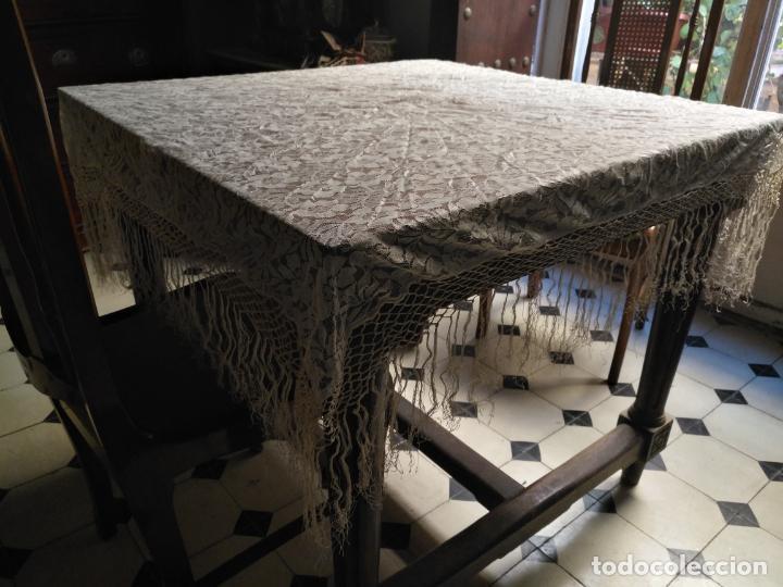 Antigüedades: manton mantoncillos encajes tipo mantilla - cuadrado 1 metro x 1 metro mas flecos hechos a mano - Foto 13 - 143138398