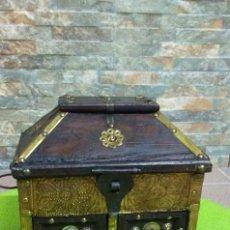 Antigüedades: ARCÓN ANTIGUO DE MADERA Y BRONCE. Lote 143149858