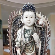 Antigüedades: ESCULTURA CHINA POLICROMADA DE MARFIL, 27CM ALTO, PEANA 9CM. Lote 143193590
