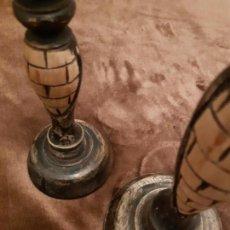Antigüedades: PRECIOSA PAREJA DE CANDELABROS DE MADERAS. Lote 143220310