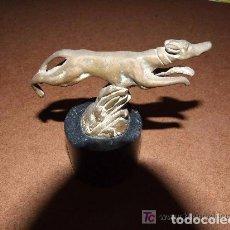 Antigüedades: PERRO EN BRONCE FIRMADO. Lote 143254210