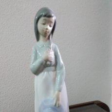 Antigüedades: FIGURA DE NIÑA SOÑADORA CON SOMBRERO Y RAMILLETE DE NAO BY LLADRÓ.. Lote 143292342