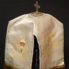 Antigüedades: CONOPEO EN SEDA ORNAMENTADA CON POLICRORMÍAS EN MOTIVOS RELIGIOSOS. PPS. S. XX.. Lote 143341730