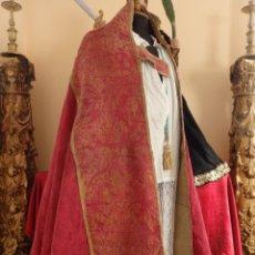 Antigüedades: INTERESANTE CAPA PLUVIAL DEL SIGLO XVIII COMBINANDO SEDA CARMESÍ Y LANA ORNAMENTADA.. Lote 143343122