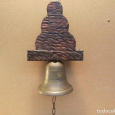 Antigüedades: CAMPANA ANTIGUA DE ENTRADA EN BRONCE DE VOLTEO.CON BASE DE MADERA Y CADENA. Lote 143364430