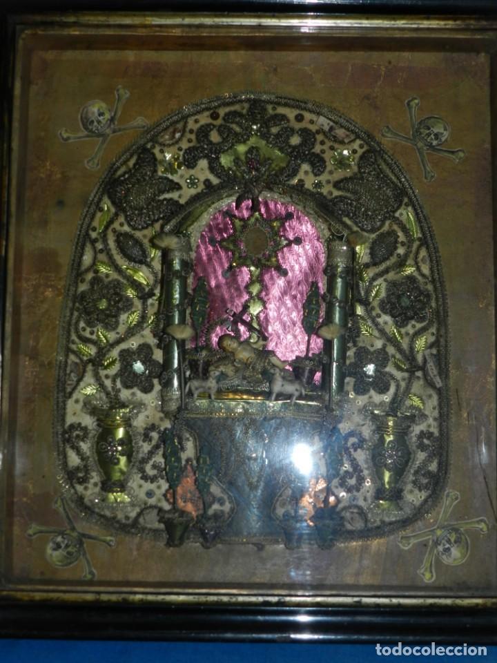 Antigüedades: (M) ANTIGUO MARCO RELICARIO CON FILIGRANAS DE SEDA Y PAPEL Y FIGURA DE BARRO S XIX TRABAJO DE MONJAS - Foto 2 - 143386926