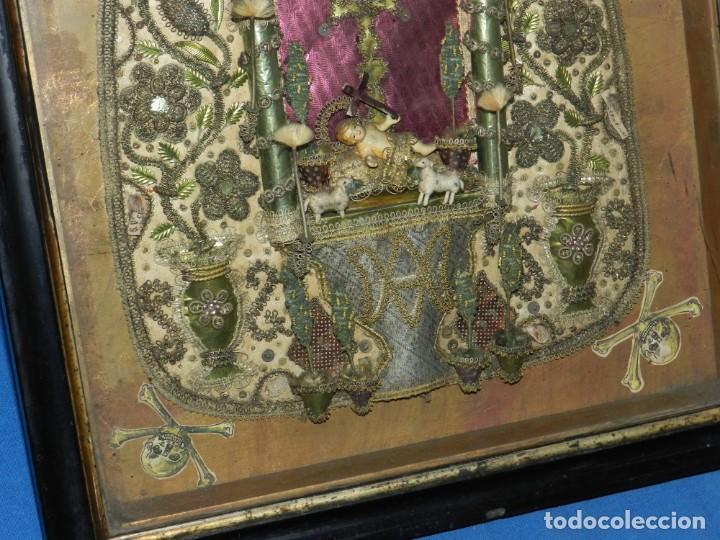 Antigüedades: (M) ANTIGUO MARCO RELICARIO CON FILIGRANAS DE SEDA Y PAPEL Y FIGURA DE BARRO S XIX TRABAJO DE MONJAS - Foto 5 - 143386926