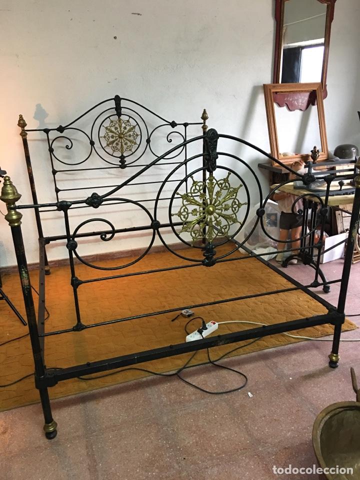 Antigüedades: Cama completa muy antigua de hierro negro - Detalles en bronce y motivos florales - Cabecero 150 cm - Foto 27 - 130975884