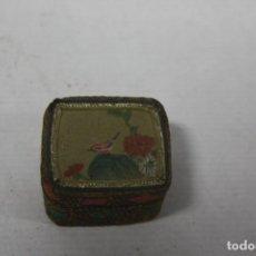 Antigüedades: CAJA FORRADA CON SEDA. Lote 143407562