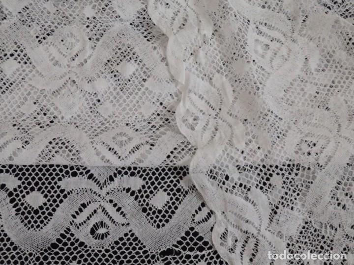 Antigüedades: Gran bajo de alba confeccionado en encajes. Medidas de 80 x 140 cm. Pps. S.XX. - Foto 10 - 143540618
