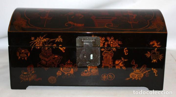 BAUL EN MADERA LACADA CHINA CON ESCENAS ORIENTALES. MEDIADOS SIGLO XX (Antigüedades - Muebles Antiguos - Baúles Antiguos)