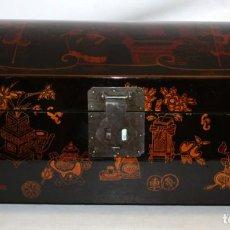 Antigüedades: BAUL EN MADERA LACADA CHINA CON ESCENAS ORIENTALES. MEDIADOS SIGLO XX. Lote 143566518