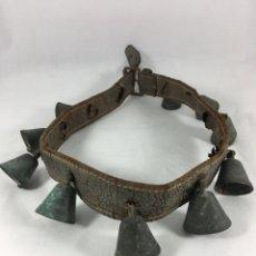 Antigüedades: CORREA DE CAMPANAS O ESQUILAS PARA CABALLO - MUY ANTIGUA. Lote 143573145