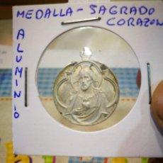 Antigüedades: MEDALLA SAGRADO CORAZON ALUMINIO PELIN MANCHADA. Lote 143595342