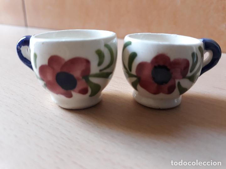 LOTE 2 TAZAS DE CERAMICA EN MINIATURA- PINTADA A MANO MOTIVOS FLORALES (Antigüedades - Porcelanas y Cerámicas - Otras)