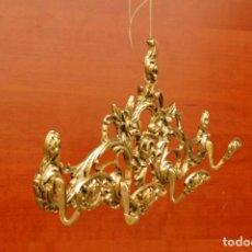 Antigüedades: PERCHA DE CUATRO COLGADORES TODA DE METAL DE 50 CM DE LARGO POR 24 CM DE ALTO Y 6,5 CM DE FONDO. Lote 143629374