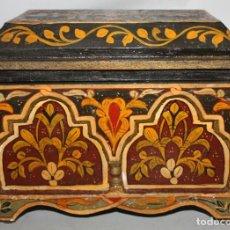 Antigüedades: COFRE EN MADERA Y DECORACIONES PINTADAS A MANO. PRINCIPIOS SIGLO XX. Lote 143691710