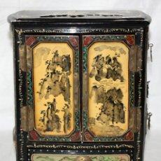 Antigüedades: JOYERO CHINO EN MADERA LACADA Y ADORNOS PINTADOS A MANO. SEGUNDA MITAD DEL SIGLO XX. Lote 143703994