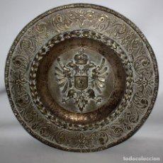 Antigüedades: DECORATIVO PLATO CON ESCUDO HERALDICO EN LATON REPUJADO. CIRCA 1900. Lote 143708342