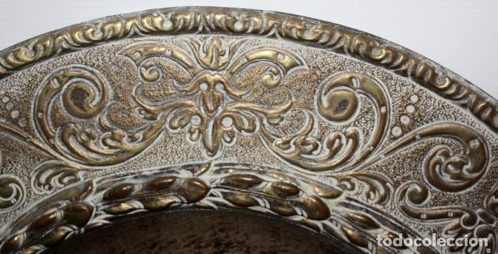 Antigüedades: DECORATIVO PLATO CON ESCUDO HERALDICO EN LATON REPUJADO. CIRCA 1900 - Foto 2 - 143708342