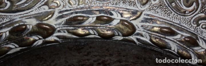 Antigüedades: DECORATIVO PLATO CON ESCUDO HERALDICO EN LATON REPUJADO. CIRCA 1900 - Foto 3 - 143708342