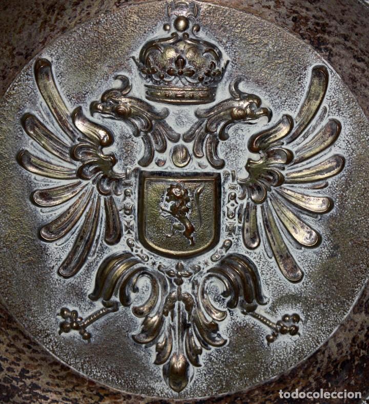 Antigüedades: DECORATIVO PLATO CON ESCUDO HERALDICO EN LATON REPUJADO. CIRCA 1900 - Foto 4 - 143708342