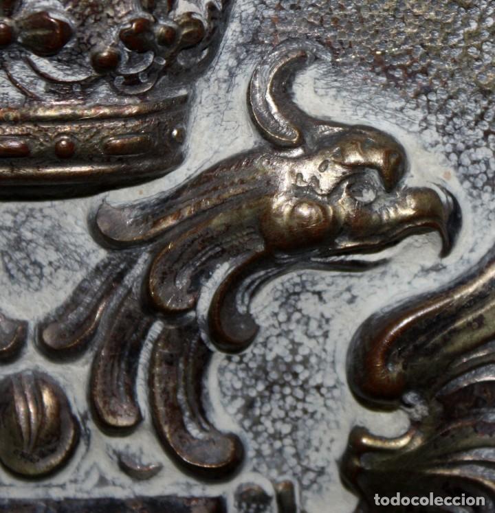 Antigüedades: DECORATIVO PLATO CON ESCUDO HERALDICO EN LATON REPUJADO. CIRCA 1900 - Foto 5 - 143708342