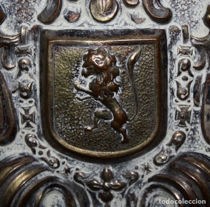 Antigüedades: DECORATIVO PLATO CON ESCUDO HERALDICO EN LATON REPUJADO. CIRCA 1900 - Foto 6 - 143708342