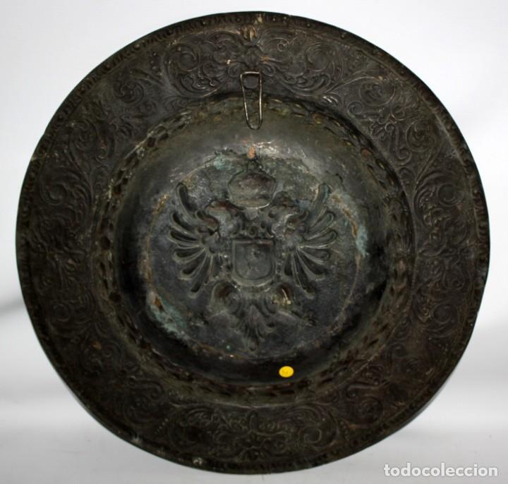 Antigüedades: DECORATIVO PLATO CON ESCUDO HERALDICO EN LATON REPUJADO. CIRCA 1900 - Foto 7 - 143708342