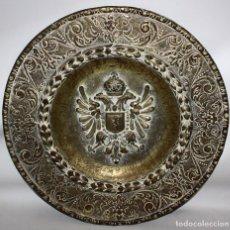 Antigüedades: DECORATIVO PLATO CON ESCUDO HERALDICO EN LATON REPUJADO. CIRCA 1900. Lote 143708554