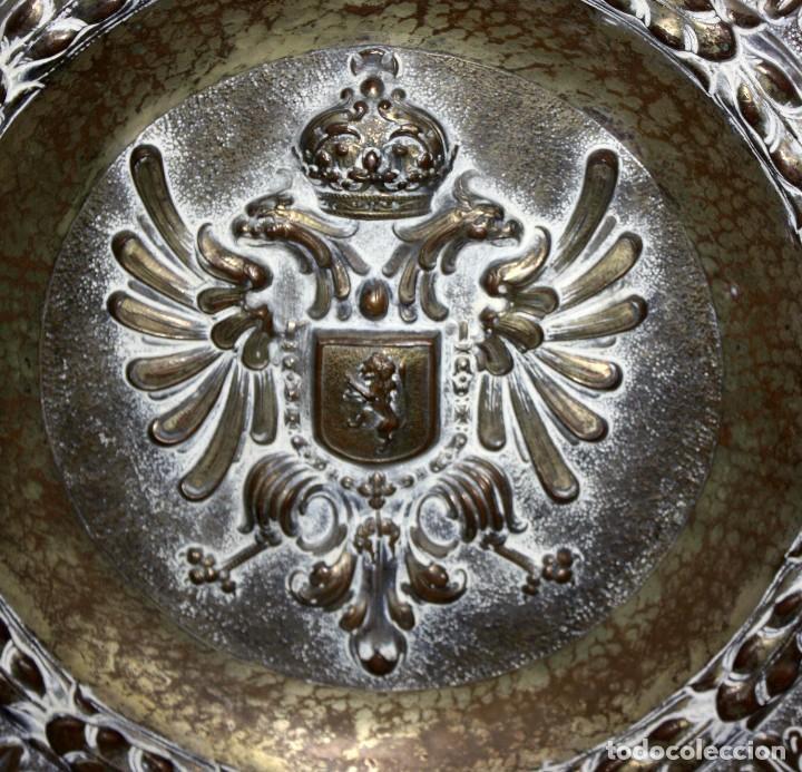 Antigüedades: DECORATIVO PLATO CON ESCUDO HERALDICO EN LATON REPUJADO. CIRCA 1900 - Foto 2 - 143708554